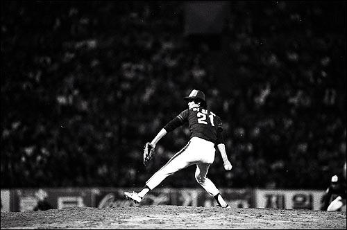 82년 첫 한국시리즈 당시 OB 투수 박철순이 공을 던지고 있다. 82년 첫 한국시리즈 당시 OB 투수 박철순이 공을 던지고 있다.